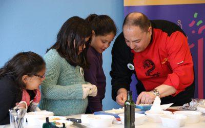 Chef Eduardo Sánchez con niñas cocinando