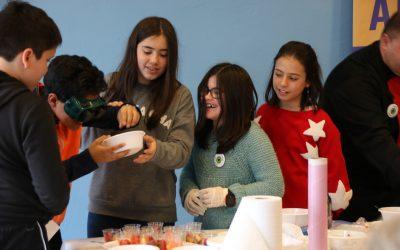 Niños preparando macedonias