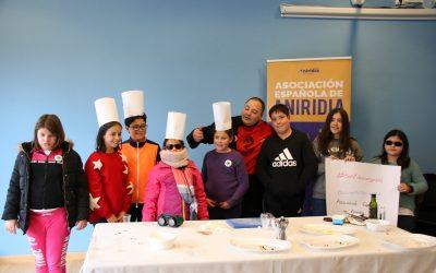 Niños posando con chef Eduardo Sánchez